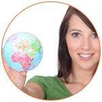 Jeune femme souriante avec un globe terrestre à la main